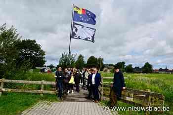 Bekende kunstenaars maken artistieke reuzenvlaggen langs West-Vlaamse fietsroutes