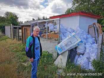 """Buren klagen over tuinen vol vuilnis naast Brusselse ring: """"Terwijl het recyclagepark gewoon aan de overkant van de straat ligt"""""""