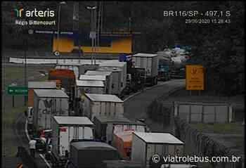 Rodovia Régis Bittencourt fica totalmente bloqueada em Cajati nesta segunda-feira (29) - Via Trolebus