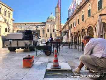 Al lavoro per sostituire le lastre danneggiate a Piazza del Popolo - Farodiroma
