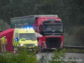 Trucker wordt onwel achter het stuur, rijdt tegen middenberm en overlijdt op autosnelweg - Het Nieuwsblad