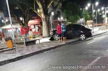 Motorista perde controle e carro invade praça no Centro de Arapiraca - Alagoas 24 Horas