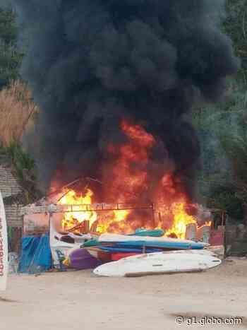Barraca pega fogo na Praia do Forno, em Arraial do Cabo, no RJ - G1