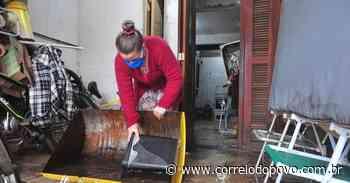 Moradores trabalham para limpar casas no bairro Humaitá, em Porto Alegre - Jornal Correio do Povo