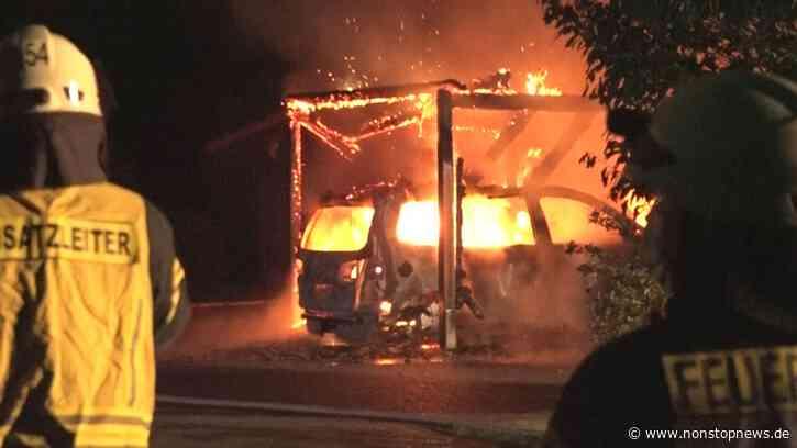 Autos samt Carports brennen in enger Wohnstraße lichterloh – Flammen greifen auf angrenzendes Haus über – Scheiben durch Hitze schon zersprungen, Dachstuhl bereits betroffen – Anwohner schrecken auf und können betroffene Nachbarn noch aus dem Hau