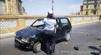 Caltagirone, auto si ribalta in via Roma: stacca le targhe e si dileguano in due (ma dimenticano libretto di circolazione) - PrimaStampa.eu