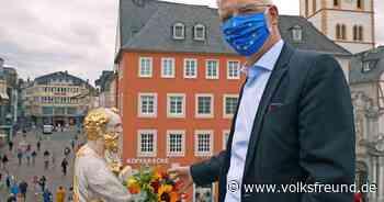 Triers Oberbürgermeister schmückt Petrusstatue mit Blumen - Trierischer Volksfreund