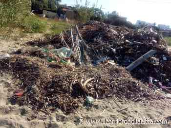 Ardea. Accesso alla spiaggia nel degrado assoluto all'altezza del Consorzio Lupetta: cumuli di rifiuti e resti di mareggiate - Il Corriere della Città
