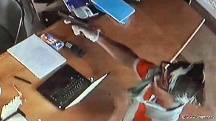 Deputies looking for man who robbed daiquiri shop at gunpoint