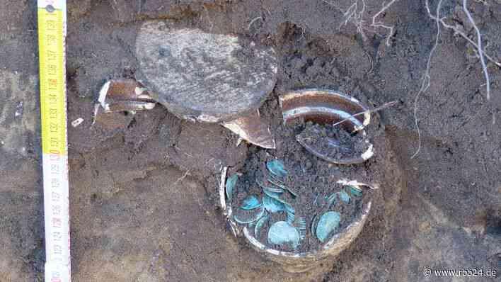 Jahrhundertealtes Gefäß mit 400 Silbergroschen in Teltow entdeckt - rbb-online.de