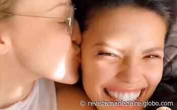 Vitoria Strada e Marcella Rica posam coladinhas em vídeo romântico - Marie Claire Brasil