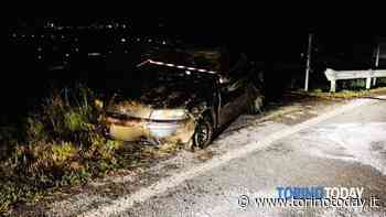 Pickup abbatte un palo e finisce contro il guardrail, conducente in ospedale - TorinoToday