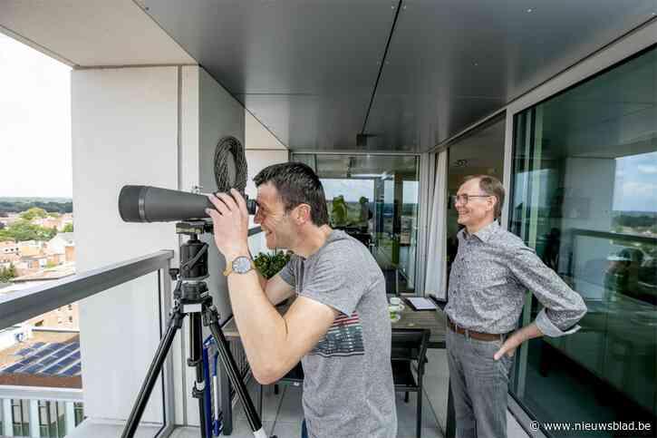 """'Hoog Nivo'-reporter Ivo komt ogen tekort op terras Turnova-toren: """"Die twee bulten daar? Dat zijn de (mijn)terrils (in Beringen)"""""""
