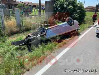 CARMAGNOLA - Perde il controllo dell'auto e si schianta contro un palo della luce - TorinoSud