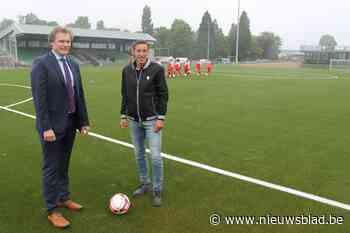 """Voetbalclub heet eindelijk kunstgrasveld: """"Peetjes droom is uitgekomen"""""""