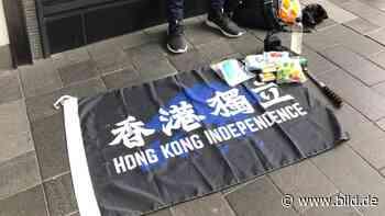 """Chinas """"Sicherheitsgesetz"""" in Hongkong, Mann foppt Polizei mit Flagge - BILD"""