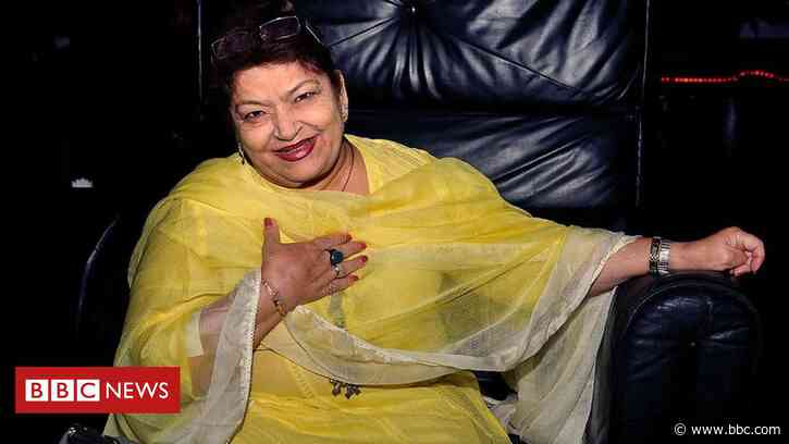 Saroj Khan: Celebrated Bollywood choreographer dies aged 71 - BBC News