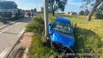 Twee gewonden bij zwaar auto-ongeval - Het Nieuwsblad