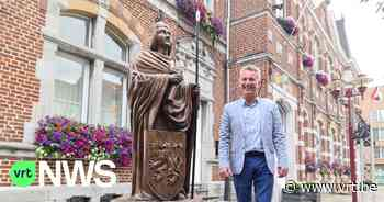 Standbeeld Pepijn van Landen pronkt met nieuwe speer, 15 jaar nadat de oude opeens verdwenen was - VRT NWS