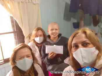 Rede Feminina de Capinzal entrega doação a jovem diagnosticada com câncer - Rádio Capinzal