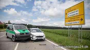 Traunreut: Unfall an Kreuzung St2104 / Trostberger Straße - Auto kracht gegen Polizei-Fahrzeug - chiemgau24.de