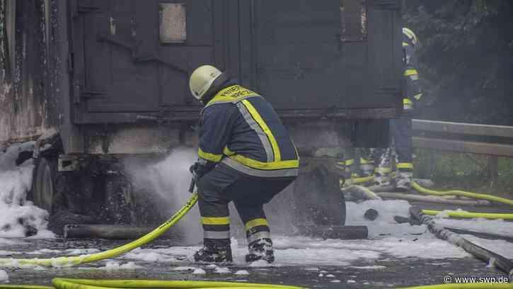 Unfall A6 Bretzfeld: Brand eines Lkw mit Kohle – Ein Toter – 30 km Stau vor Vollsperrung – Straße nach Heilbronn überlastet - SWP