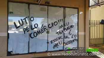 Em Medianeira, Comerciantes usam cartazes para protestar contra Decreto estadual - Rádio Cultura Foz