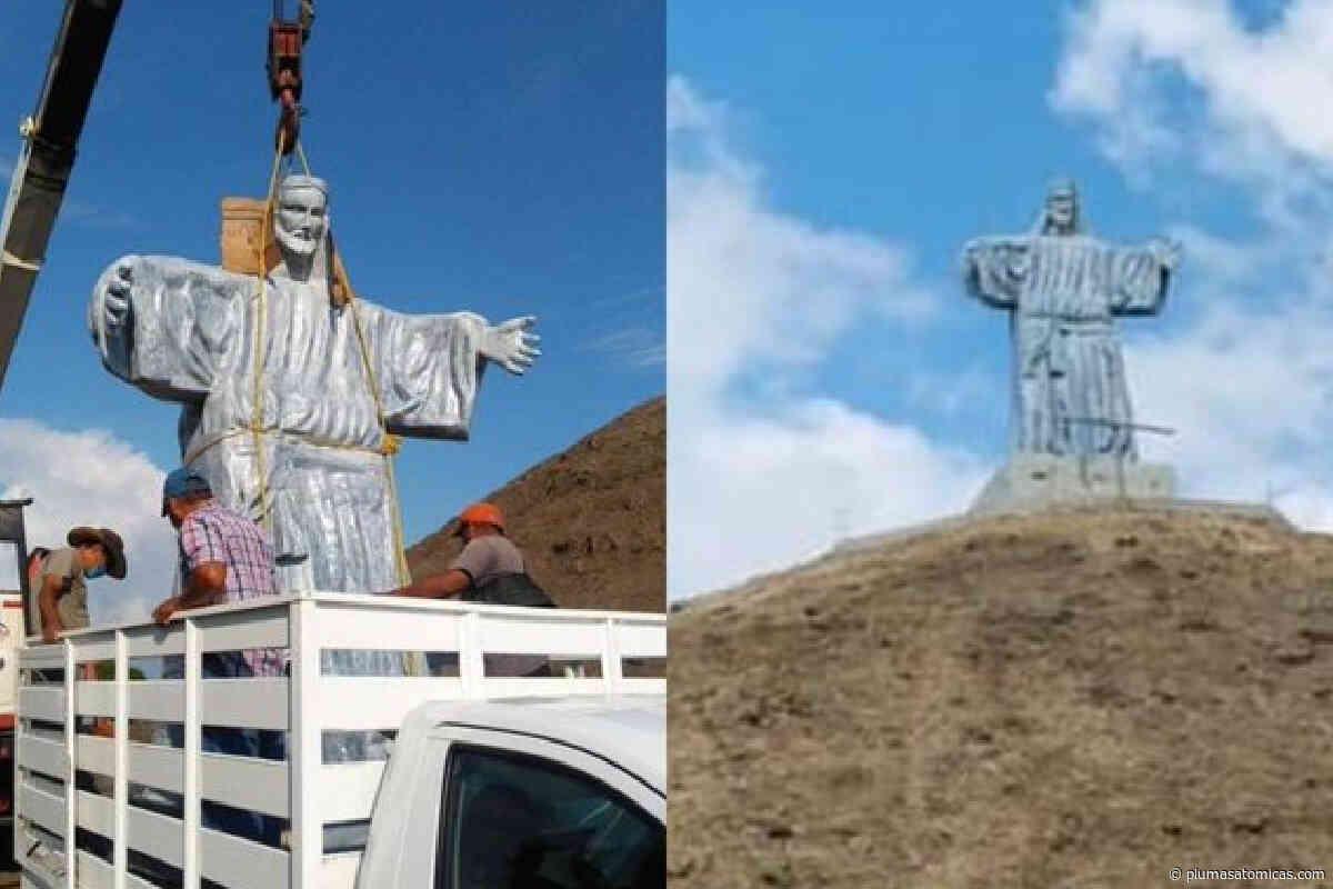 Colocaron un Cristo gigante en la pirámide en Tierra Blanca - Plumas Atómicas