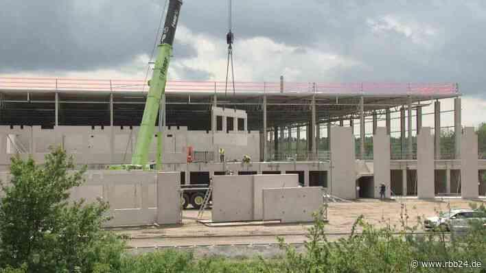 Batteriefabrik in Ludwigsfelde feiert Richtfest - US-Produzent Microvast plant 250 Arbeitsplätze - rbb-online.de