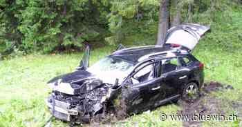Auto fährt in Baum – fünf Personen in Oberiberg verletzt - bluewin.ch