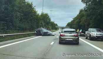 Aanhangwagen met koolsla slaat over de kop op E313: tijdland file richting Hasselt