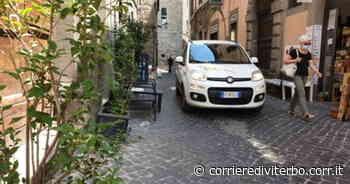 Le auto scorrazzano vicino a sedie e tavolini - Corriere di Viterbo
