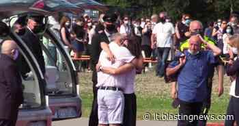Gessate: palloncini bianchi e canzoni di Vasco per l'ultimo addio a Elena e Diego - Blasting News Italia