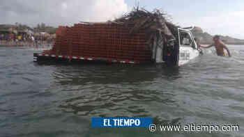 Así terminó un camión cargado de ladrillos en el mar de Salgar - El Tiempo