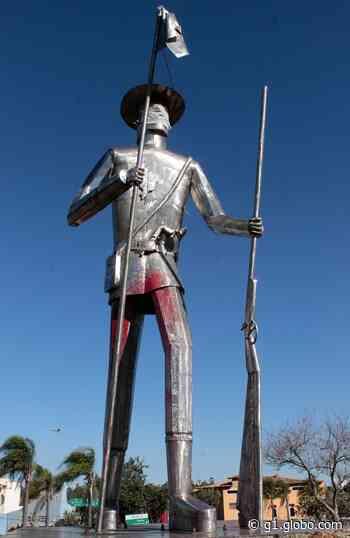 Monumento ao Bandeirante é vandalizado com tinta vermelha em Mogi das Cruzes - G1