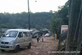 Morador tapa buracos por conta própria no Bairro Santa Cruz - Lato