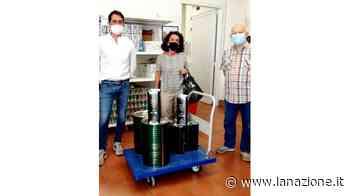 Sienambiente dona cento litri di olio d'oliva all'Emporio della solidarietà - LA NAZIONE