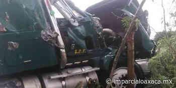 Camión cargado de papaya vuelca en carretera Pinotepa-Tlaxiaco - El Imparcial de Oaxaca