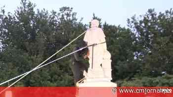 Manifestantes derrubam estátua de Colombo e deitam-na à água em Baltimore, EUA - Correio da Manhã