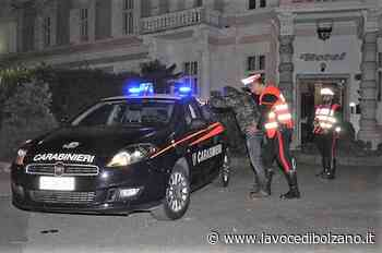 Rissa nella notte in un bar di Merano, intervengono i carabinieri: quattro denunce - La Voce di Bolzano