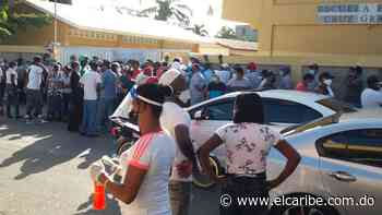 Votantes se aglomeran en recinto de Villa Mella por falta de coordinación - El Caribe