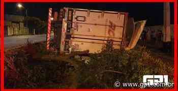 Carreta tomba e deixa motorista ferido na BR 316 em Picos - GP1
