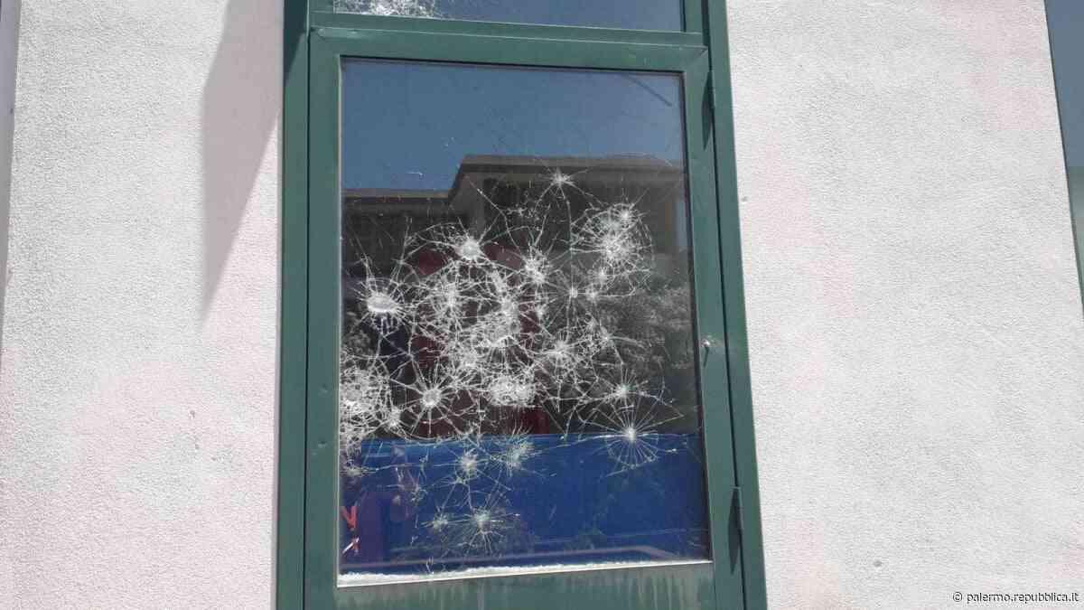 Palermo, lancio di pietre contro le finestre di due scuole del Cep - La Repubblica