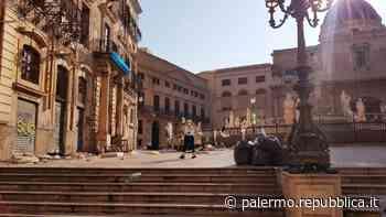 Palermo, piazza Pretoria si risveglia sommersa dai rifiuti... ma è il set di un film - La Repubblica
