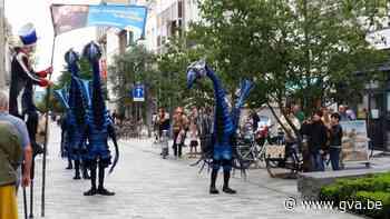 Steltenlopers vrolijken centrum van Sint-Niklaas op (Sint-Niklaas) - Gazet van Antwerpen