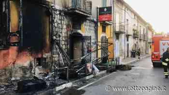 Incendio distrugge tende, sedie e tavolini di un bar - Ottopagine