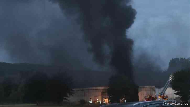 Halle mit beschlagnahmten Autos in Warburg abgebrannt - Kriminalpolizei ermittelt - WDR Nachrichten