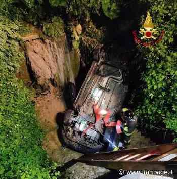 Bologna, auto con tre ragazzi vola nella notte in un torrente: salvati dai vigili del fuoco - Fanpage.it