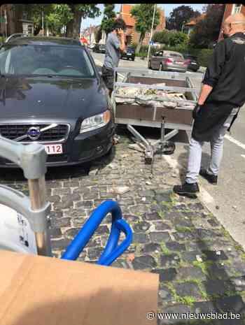Aanhangwagen schiet los en knalt tegen geparkeerde wagen