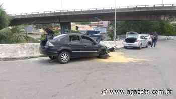 Veículo bate em mureta e fica parcialmente destruído em Vila Velha - A Gazeta